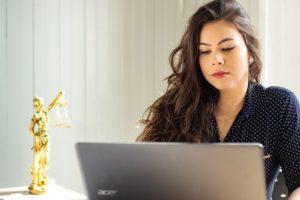 Mujer trabajando en oficina de Panamá Pacífico